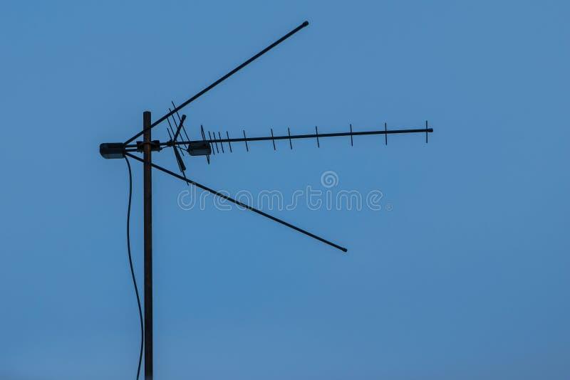 Breedbandtelevisieantenne, analogon en digitale uitzending stock afbeeldingen
