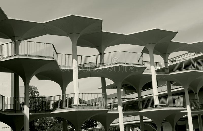 Breezeway bonito entre Bonner Hall And Mayer Hall, UCSD imagem de stock
