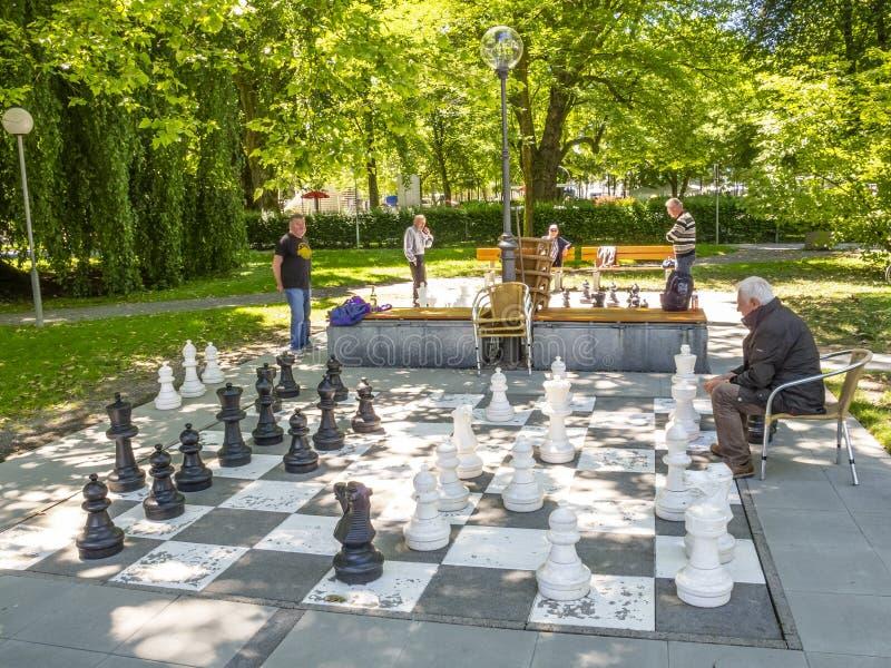 BREGENZ, AUSTRIA - 24 GIUGNO 2015: Gli uomini non identificati giocano gli scacchi con i pezzi degli scacchi giganti sul lago di  immagini stock libere da diritti