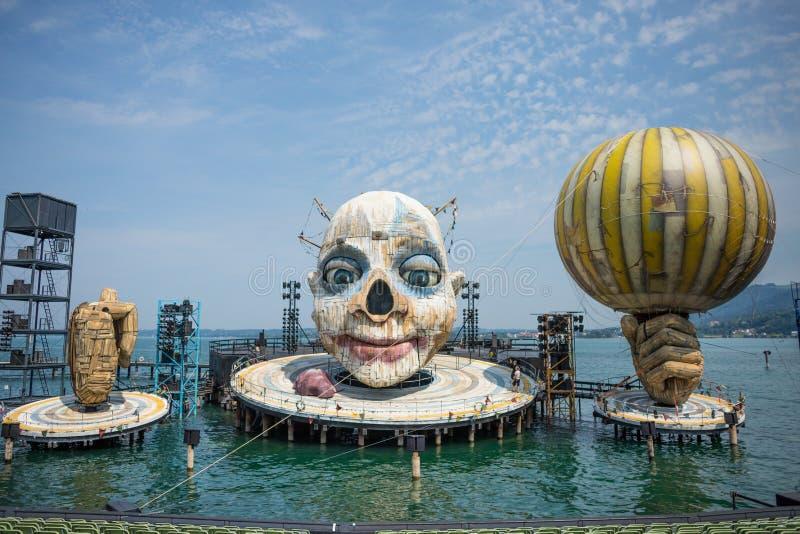 BREGENZ, VORARLBERG, OOSTENRIJK - JULI 26, 2019: Openlucht drijvend theaterstadium met reusachtige schedel en twee handen royalty-vrije stock afbeelding