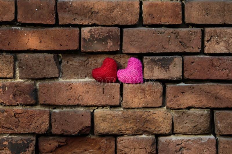 Brei rode harten en roze bevinden zich op het afbrokkelen oude rode br stock afbeelding