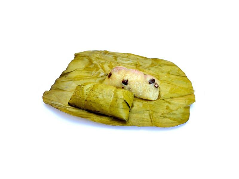 Breibindung, thailändischer Nachtisch, gedämpfter klebriger Reis auf dem Verpackungsbananenblatt auf Weiß stockbild