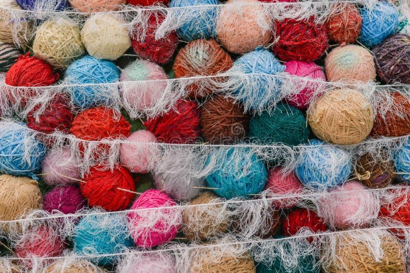 Breiend garen Multi-colored wollen ballen voor thuis het breien stock fotografie