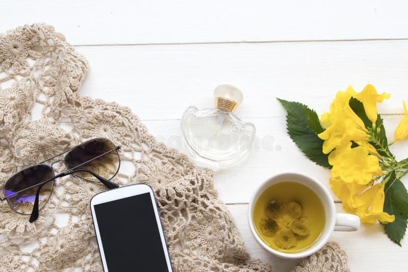 Breiend garen, zonnebril, mobiel telefoon en parfum van levensstijlvrouw royalty-vrije stock afbeelding