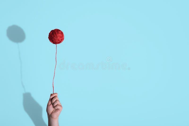 Breiende die rol ter beschikking als ballon wordt gehouden Kinderjarenconcept stock afbeelding