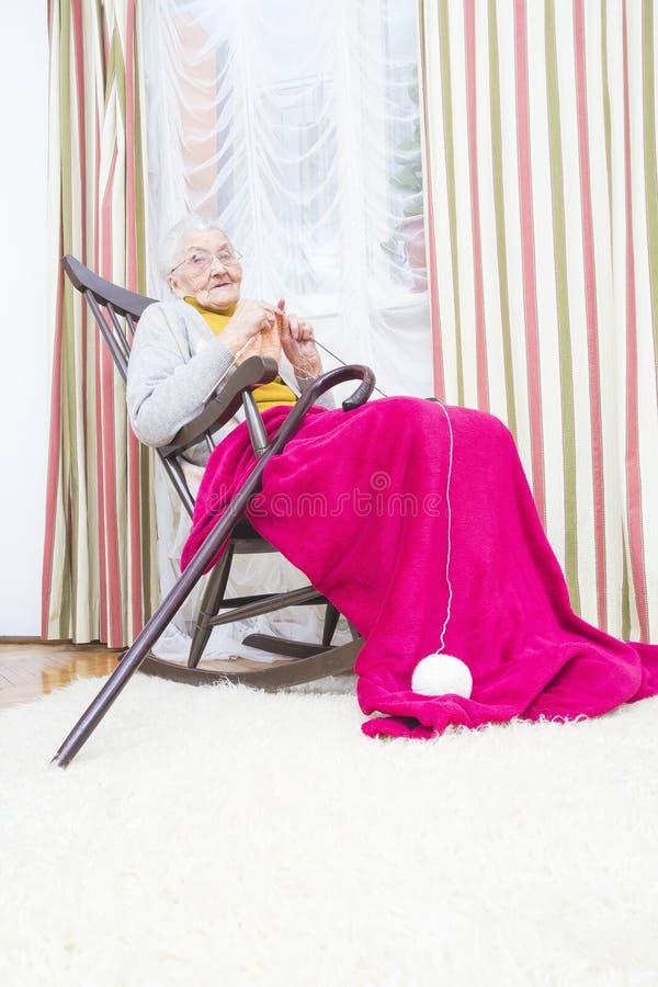 Breiende oude dame royalty-vrije stock foto's