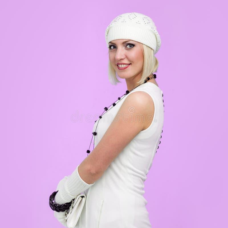 breigoed Jonge vrouw die de winter GLB draagt stock fotografie