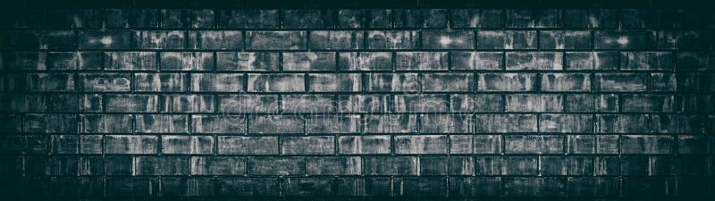 Breite alte schwarze schäbige Backsteinmauerbeschaffenheit Dunkles gealtertes Maurerarbeitpanorama Panoramischer Schmutzhintergru lizenzfreie abbildung