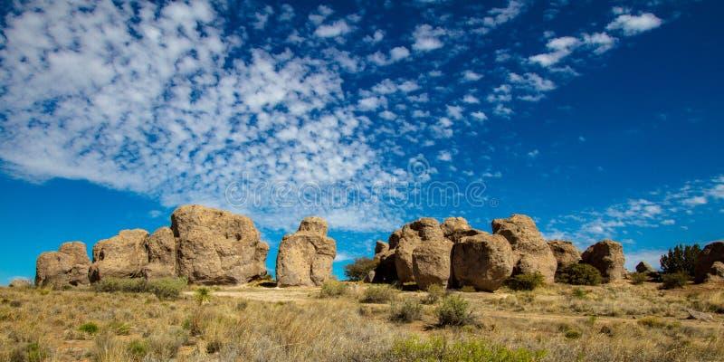 Breite Ansicht einschließlich schöne Wolken an der Stadt des Felsen-Nationalparks nahe silberner Stadt, New Mexiko lizenzfreies stockfoto