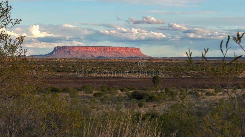 Breite Ansicht von Berg conner in Australiens Nordterritorium bei Sonnenuntergang lizenzfreie stockfotografie