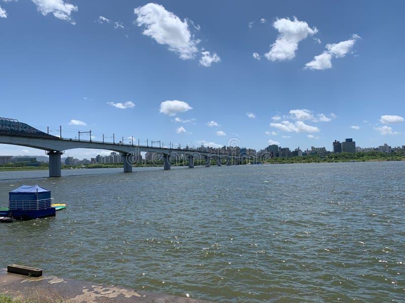 Breite Flussbrücke und der Hintergrund des blauen Himmels stockfotos