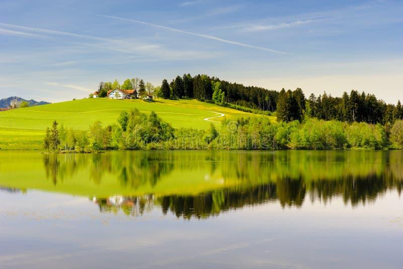 Breite Panoramalandschaft im Bayern lizenzfreie stockfotos
