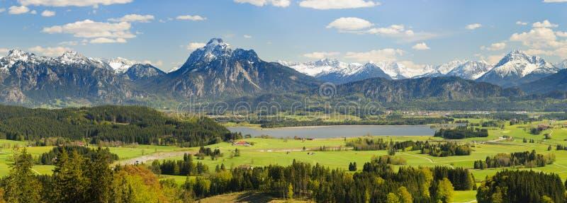 Breite Panoramalandschaft im Bayern mit Alpenbergen lizenzfreie stockbilder