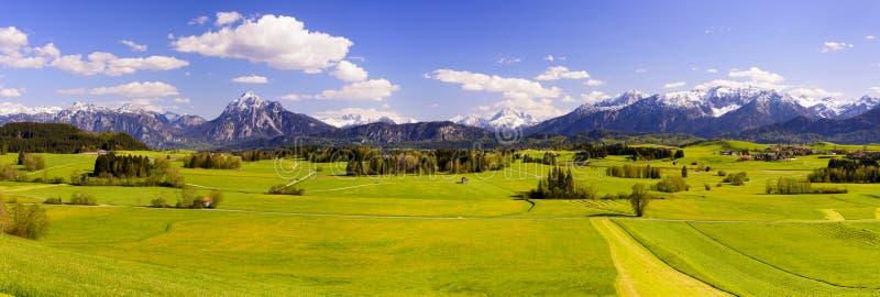 Breite Panoramalandschaft im Bayern mit Alpenbergen stockfotos