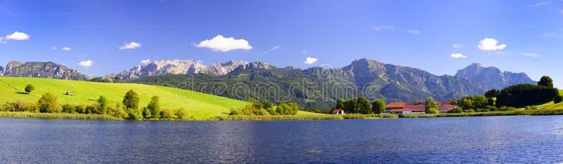 Breite Panoramalandschaft im Bayern mit Alpenbergen stockfotografie