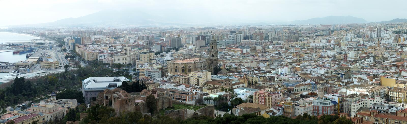 Breite panoramische Vogelperspektive der Stadt von Màlaga in Spanien mit historischen Wahrzeichen und städtischen Gebäuden unten  stockfoto
