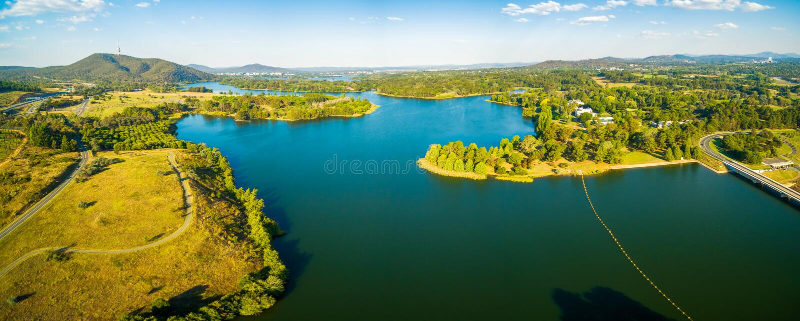 Breite panoramische von der Luftlandschaft szenischen See Burley-Greifs in Canberra, TAT, Australien lizenzfreies stockbild