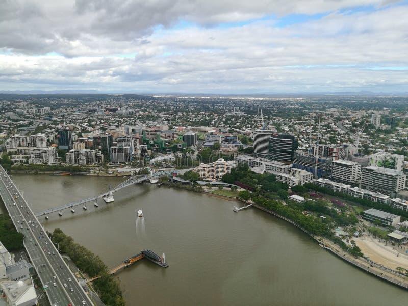 Breite Vogelperspektive der Brisbane-Süduferszene im regnerischen afterno lizenzfreies stockbild
