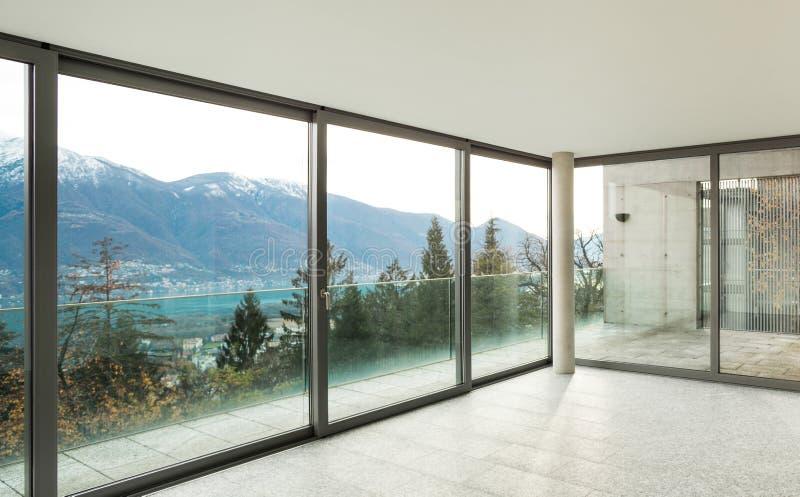 Breite Wohnung, Raum mit Fenstern stockbild