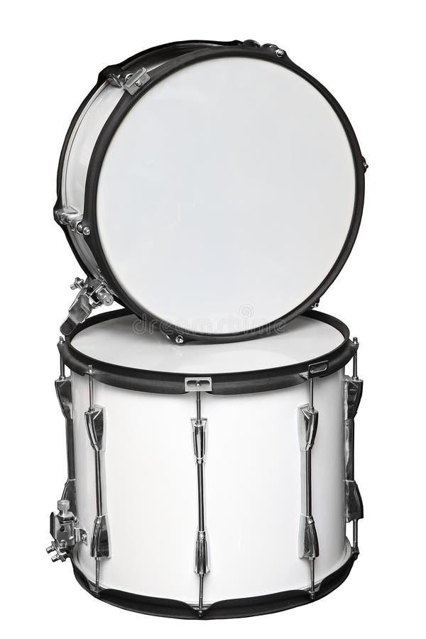 Breiten Sie Tom-Tom-Trommel und -Schnarrtrommel aus, die auf weißem Hintergrund lokalisiert werden lizenzfreie stockbilder