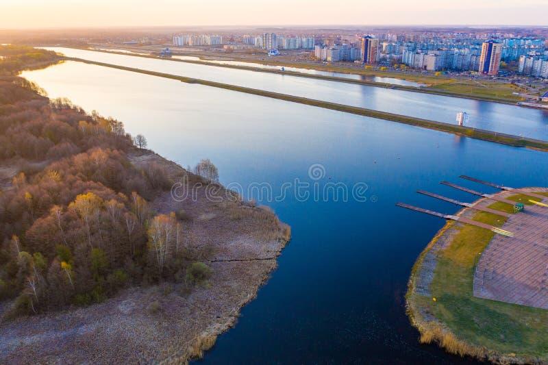 Breiter Kanal benutzt für das Rudern im Stadtgebiet, Luftlandschaft, Brest-Stadt lizenzfreie stockfotografie