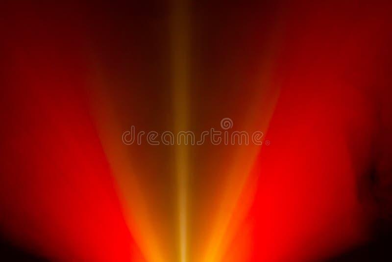 Breiter Lichtstrahl des roten Feuers des Linsenprojektors für Film und Kino nachts Rauchbeschaffenheitsscheinwerfer Siebung für M lizenzfreie stockfotos