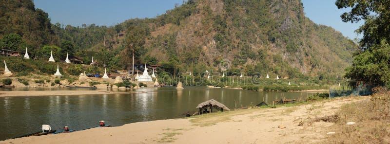 breiter Panoramablick von einem Fluss auf der Grenze zwischen Thailand und Myanmar mit weißen stupas und Pagoden lizenzfreies stockfoto