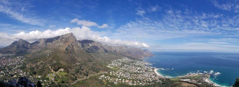 Breiter panoramischer Schuss von schönen felsigen Bergen mit dem atemberaubenden Himmel und dem Meer stockfotos