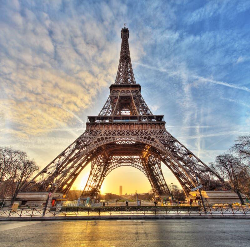 Breiter Schuss des Eiffelturms mit drastischem Himmel, Paris, Frankreich stockbild