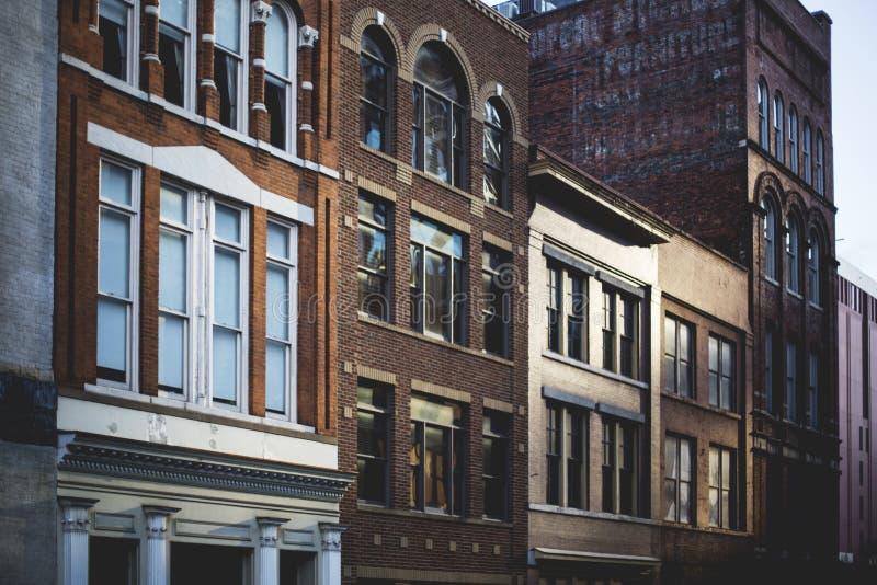 Breiter Schuss von braunen Gebäuden neben einander lizenzfreies stockbild