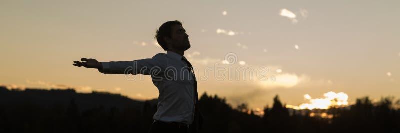 Breites Ansichtbild des jungen Geschäftsmannes entspannend in der Natur stockbilder