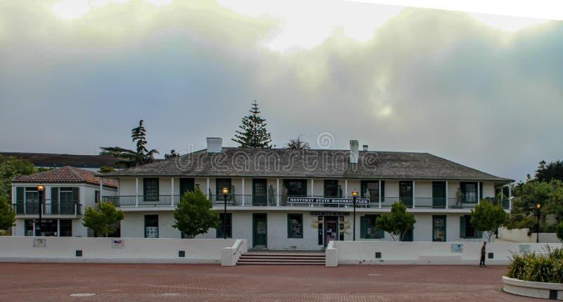 Breites Gebäude mit dem Treppenhaus, das führt, um hinzureißen lizenzfreie stockbilder