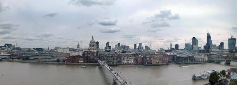 Breites Panorama der Stadt von London entlang der Themse, welche die Finanzbezirkswolkenkratzer und die historischen Gebäude zeig lizenzfreies stockfoto