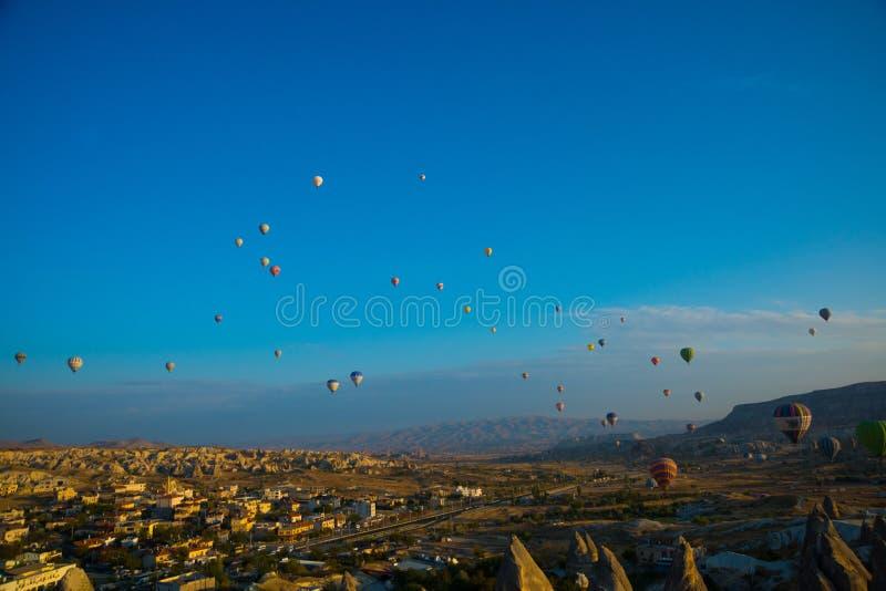 Breites Panorama von Cappadocia-Landschaft - farbige Ballone, die über Bergspitzen und fantastisches Tal fliegen Luftballone oben stockfoto