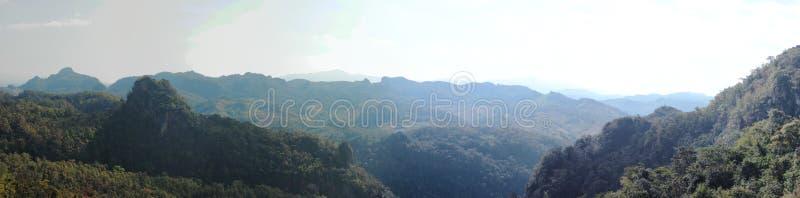breites Panorama von Hügeln und von Bergen an einem netten bewölkten Abend von einer Bergkuppe in Nord-Thailand lizenzfreie stockfotos