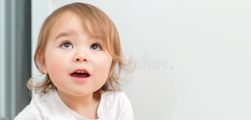 Breites Porträt eines glücklichen Kleinkindmädchens nach innen lizenzfreie stockfotografie