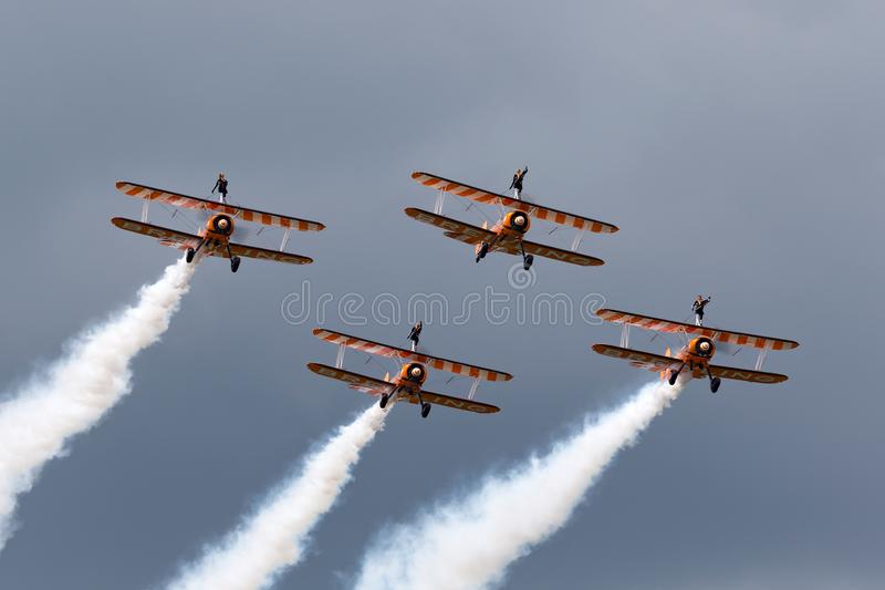 Breitling Wing Walkers tappningBoeing Stearman biplaner som flyger i bildande fotografering för bildbyråer