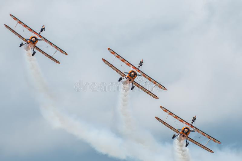 Breitling Wingwalkers durante um airshow imagem de stock royalty free