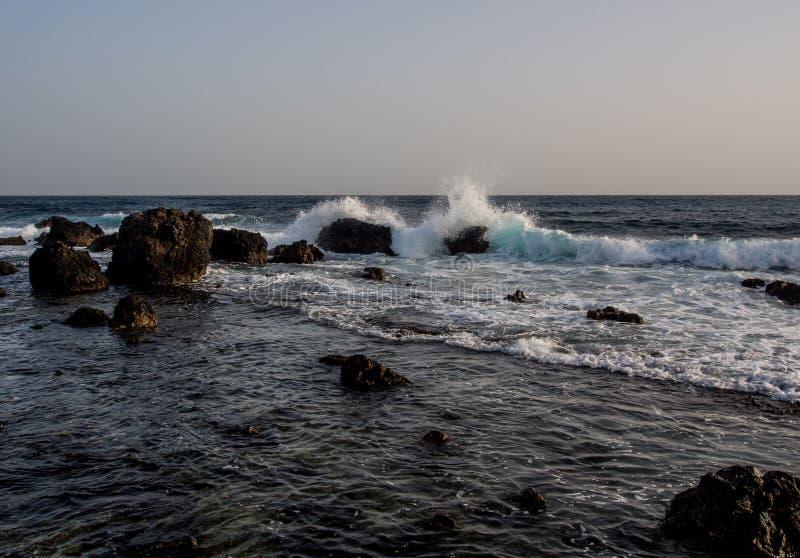 Brekende golven stock afbeelding