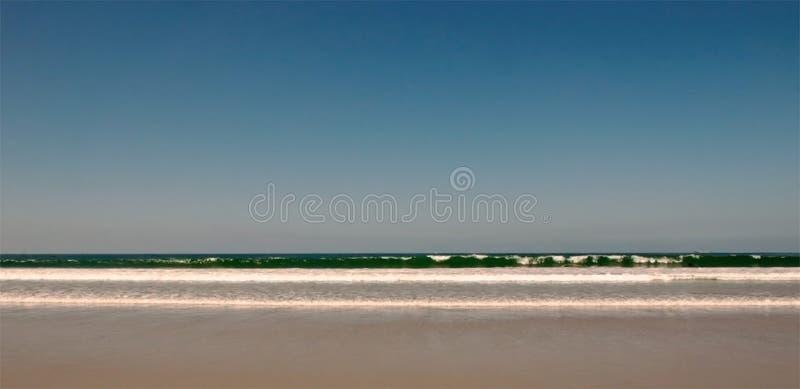 Brekende golven in de Vreedzame oceaan in Californië stock foto