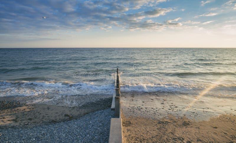 Brekende Overzeese Golven tegen Golfbreker royalty-vrije stock fotografie