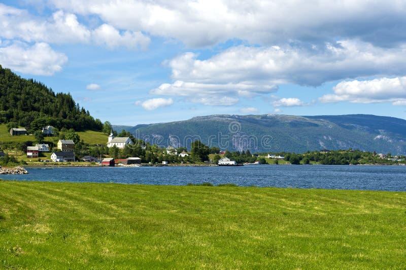Brekke村庄在Risnesfjorden的岸的 库存图片
