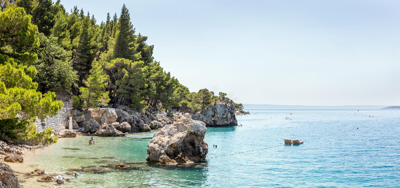 Brela海滩风景在克罗地亚 免版税库存照片