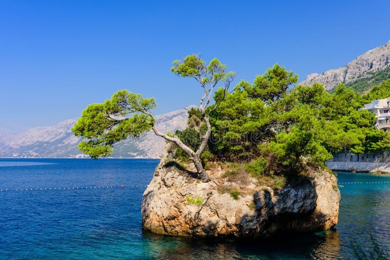Brela石头卡门Brela - Brela的标志,一种普遍的自然吸引力在克罗地亚 图库摄影