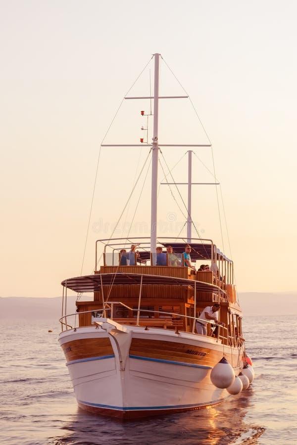 Brela,克罗地亚- 2017年7月18日:由日落的游船 库存照片