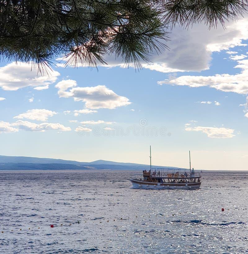 Brela Chorwacja, Czerwiec, - 24, 2019: Przyjemności łódź żegluje w morze dla wycieczki turysycznej wyspy na pogodnym letnim dniu fotografia royalty free