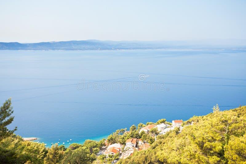 Brela, Dalmatia, Chorwacja - Piękna wioska rybacka przy linią brzegową fotografia stock
