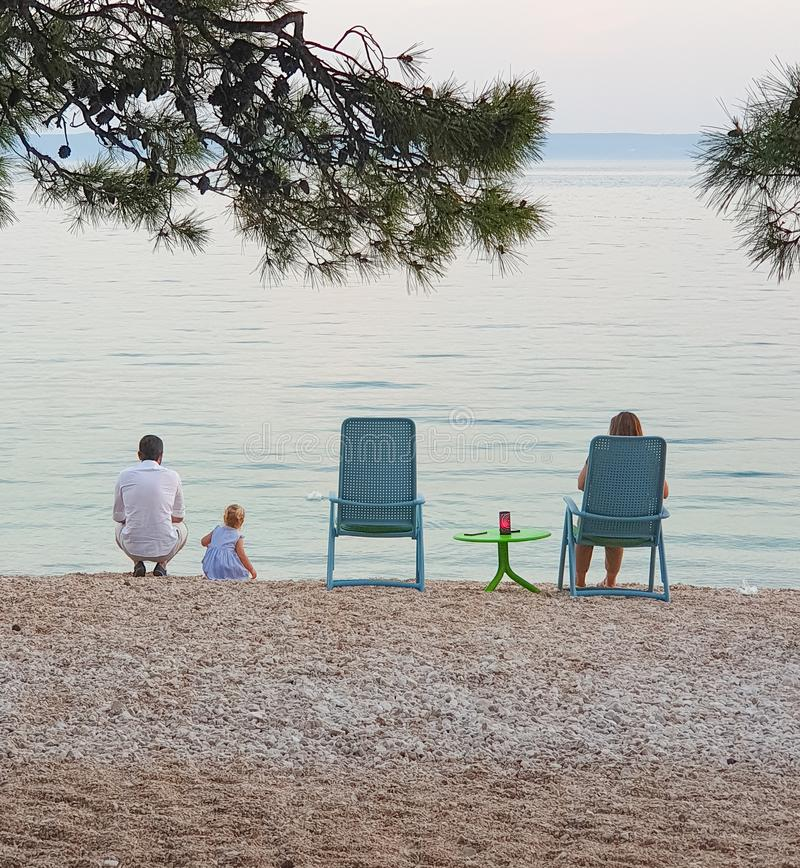 Brela Kroatien - Juni 14, 2019: Familj på sjösidan i aftonen i ett frilufts- kafé arkivbilder
