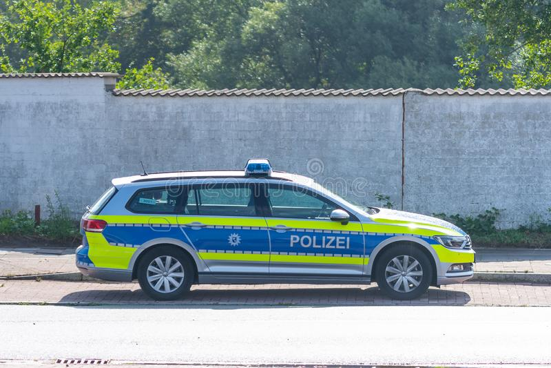 Brema, Alemanha - 8 de agosto de 2019: Um carro de polícia alemão é estacionado em um lugar de estacionamento imagem de stock