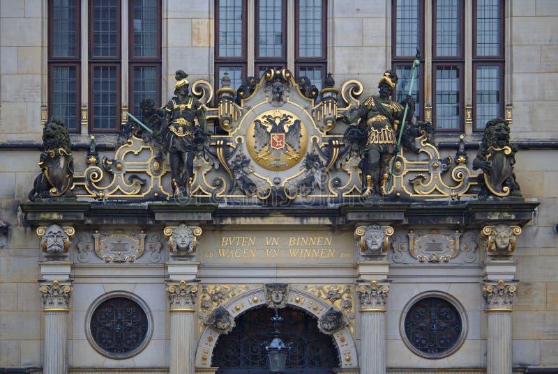 Brema, Alemanha - 7 de novembro de 2017 - frontão ricamente ornamented acima da entrada principal à câmara de comércio com l dour imagens de stock